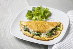 Un delicoso omelete de queso crema y cilantro para mamá en su día.