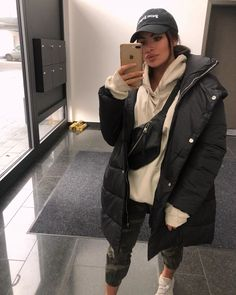 visit our website for the latest home decor trends . Cute Comfy Outfits, Chill Outfits, Casual Winter Outfits, Winter Fashion Outfits, Mode Outfits, Look Fashion, Trendy Outfits, Oversized Hoodie Outfit, Hoodie Outfit Casual