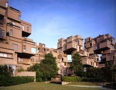 Habitat 67. Os 158 apartamentos desse complexo foram pré-fabricados e montados no local. Moshe Safdie criou o complexo durante sua tese de mestrado na Universidade McGill, como uma proposta para habitação em cidades cada vez mais povoadas. O edifício hoje abriga moradores de classe alta.