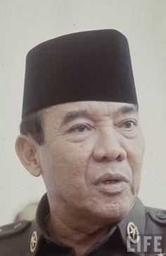 sukarno-1966-73d5723c80612a9d_large Soekarno Quotes, Indonesian Art, All Hero, Veterans Memorial, Great Leaders, Founding Fathers, Surabaya, World History, Revolutionaries