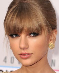 One of my favorite makeup looks by far! Taylor swift at last years American Music Awards. Taylor Swift Make-up, Taylor Swift Bangs, Prom Makeup, Wedding Makeup, Hair Makeup, Eye Makeup, Retro Makeup, Celebrity Makeup Looks, Celebrity Beauty