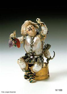 Merry winery, probably Frankfurt am Main, 1st Quarter of the 18th Century. Baroque pearls, gold, enamel, silver, partially gilt, diamonds, emeralds, rubies, sapphire, amethyst, carnelian, glass. H 8.8 cm, W 6.8 cm, D 4.9 cm. VI 100. Green Vault. © Staatliche Kunstsammlungen Dresden 2013