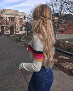 Half up twisted braid, blonde curled hair with half up hairstyle. Super cute and easy love the way this looks for fall. #reloj #perfume #bolsa #maquilaje #venezuela