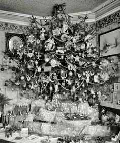 A thoroughly decked out vintage Christmas tree with oodles of presents underneath. #vintage #Christmas #tree