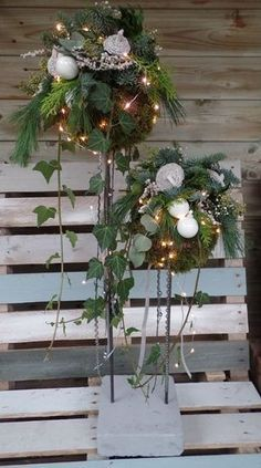 Billedresultat for kerststukken 2015 Country Christmas Decorations, Christmas Greenery, Christmas Arrangements, Christmas Flowers, Natural Christmas, Outdoor Christmas, Xmas Decorations, Christmas Projects, Simple Christmas