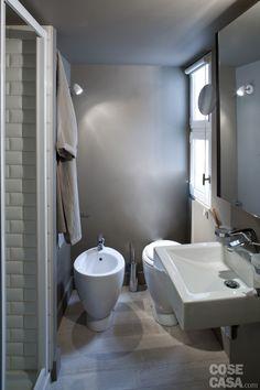 l bagno è completo anche di cabina doccia in muratura ed è ricavato all'interno del volume tecnico. Per le finiture sono stati abbinati tre materiali: legno a terra, resina e ceramica alle pareti.