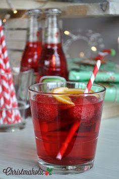 De lekkerste kerstcocktails en kerstdrankjes op een rij! 5x inspiratie op www.christmaholic.nl. Op de foto zie je Jillz Red, heerlijk zoete apple cider. What are your favourite christmas cocktails?