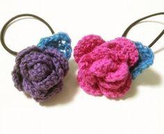 「巻きバラのヘアゴム♪」巻きバラのヘアゴムです。 いろんな編み方がありますが、私はこの編み方に落ち着いています。 編み地を、どちらを表にして巻くかで、花びらの開き方が変わりますよ。 質問がありましたら、下のコメント欄か、ブログの方へ、お気軽にどうぞ♪ →http://chirinchi.exblog.jp/9417940/ [材料]毛糸(花、葉)/ヘアゴム