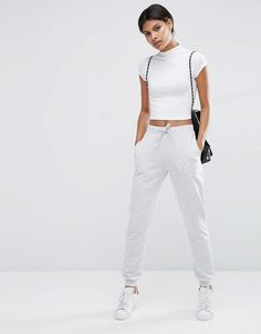 ¡Cómpralo ya!. Joggers básicos con nudo de ASOS. Pantalones de chándal de ASOS Collection, Punto suave al tacto, Cinturilla con cordón ajustable, Bolsillos laterales, Perneras estrechas holgadas, Corte holgado, Lavar a máquina, 50% algodón, 50% poliéster, Modelo: Talla UK 8/EU 36/USA 4; Altura de 175 cm/5'9. ACERCA DE ASOS COLLECTION Score a wardrobe win no matter the dress code with our ASOS Collection own-label collection. Desde la impoluta graduación hasta que siga la fiesta, nues...