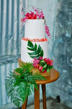 Wedding Themes - Are you so lucky planning destination wedding? We gathered ideas of tropical wedding cakes to help you organize most of possible variants. Hawiian Wedding Cake, Summer Wedding Cakes, Hawaii Wedding, Summer Weddings, Destination Weddings, Cake Wedding, Beach Weddings, Tropical Weddings, Luau Wedding
