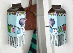 Casa de passarinho com caixas de leite  *A da imagem é falsa, mas para fazer uma de verdade é só colocar algum suporte dentro para que o passarinho possa entrar e ficar.