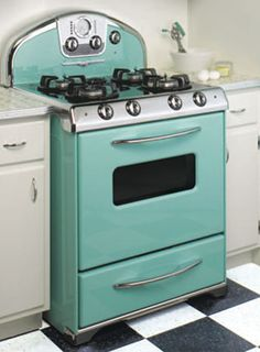Retro looks, Century bells & whistles from Elmira Stove Works. Ok girls, here is a stove and oven combo if you are going to be needing one in the near future. It is adorable and new. Love the retro look. Vintage Appliances, Kitchen Appliances, Kitchen Stove, Cuisinières Vintage, Retro Oven, Old Stove, Stove Vent, Vintage Stoves, Cocinas Kitchen