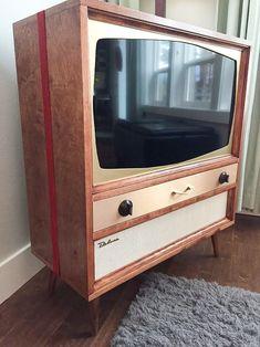 Jeff builds a midcentury modern TV cabinet for his flat-screen TV - Retro Renovation Retro Tv Stand, Tv Retro, Tvs, Radios, Vintage Tv, Look Vintage, Midcentury Modern, Art Nouveau, Modern Tv Cabinet