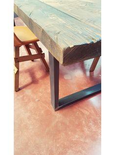 Tavolo in legno massello di larice con finitura noce antico. Tavolo da pranzo effetto vintage, pezzo unico, pronta consegna.