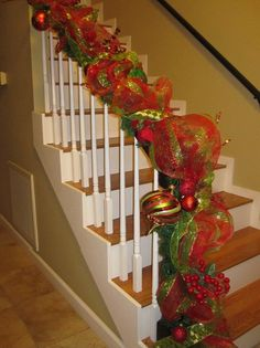 Christmas staircase with mesh garland Winter Christmas, Christmas Home, Christmas Wreaths, Deco Mesh Garland, Deco Mesh Wreaths, Ribbon Garland, Christmas Staircase Decor, Christmas Projects, Christmas Ideas