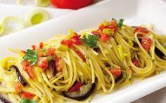 PRIMO PIATTO: LINGUINE ALLE VERDURE INGREDIENTI:  Linguine 320 gr una piccola melanzana - una zucchina media - 2 acciughe sotto sale - farina - aglio - prezzemolo - olio extravergine d'oliva - sale - pepe -    PREPARAZIO #cucina #primopiatto #linguine