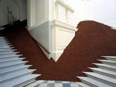 """Magdalena Jetelová (Checoslovaquia) - """"La domesticación de una pirámide"""" - Un gran fragmento de una pirámide, cubierto de cenizas volcánicas, está contenida dentro de una galería. El trabajo aborda la dislocación entre la percepción y la imaginación y con el tema de la domesticación de la forma pura a través de la observación directa y a través del pensamiento."""