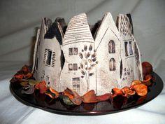 handgetöpfertes rundes Städtchen,durch die ausgeschnittenen Fenster und Häuser kann ein Kerzenlicht leuchten und gemütliche Stimmung zaubern,(kann mit einem hohen Städtchen von mir kombiniert...