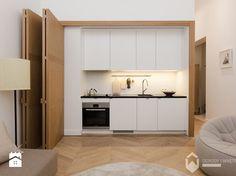 ukryta kuchnia w kawalerce za składanymi drzwiami