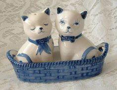 Handpainted-Ceramic-Dutch-DELFT-BLUE-CATS-Kittens-BASKET-SALT-PEPPER-SHAKERS