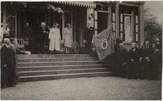 1945 - Ulvenhout residentie koninklijke familie. Koninklijke familie op het bordes van Anneville. Na de bevrijding van Breda werd Anneville gebruikt door de staf van Prins Bernhard, in april 1945 opgevolgd door Koningin Wilhelmina in afwachting van de bevrijding van het noorden. Op 5 mei 1945 trokken duizenden mensen uit Breda en omgeving in spontaan defilé langs Wilhelmina en Juliana die op het door koplampen van auto's verlichte bordes stonden. Na een verblijf van zes weken werd met een…