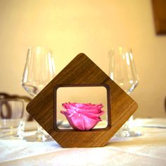 Discover Naos: real stabilized #Roses and #Hickory #Wood - The perfect #centrepiece for the month of the Roses#rosa #rose #legno #centrotavola #decorazione #ristorante #tavolo #tables #legno #linfadecor #decoration #decorations #flowerdesign #flowers #marriage #matrimonio #hotel #decor #flower #pink #fiori