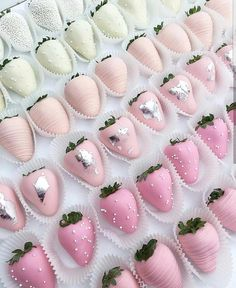 🍓💞 🍓 Ok, these pinkombré strawberries are the perfect midday sweet treat! Wouldn't you just LOVE this for your bridal shower? 💞 Sweets by… Pink Parties, Birthday Parties, Pink Birthday, Pastell Party, Chocolate Dipped Strawberries, Strawberry With Chocolate, Strawberry Dip, Strawberry Desserts, Strawberry Shortcake