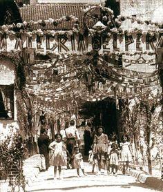 Barrio que cita Cervantes, que fue cantado por poetas, elevado a símbolo de leyenda por sus gentes y convertido en historia pura del vivir de una buena parte de malagueños que lo poblaron, en sus callejas se escribió una crónica de humana presencia y se afirmó un sentido de existencia personal característico de sus vecinos. Por Perchel o Percheles se le conoció y nombra Trinidad, Andalusia, Malaga, Fair Grounds, Travel, Historia, Human Settlement, The Neighborhood, Old Photography