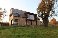 Casa-de-campo-Roprachtice  revestimiento de madera y mirador de acero