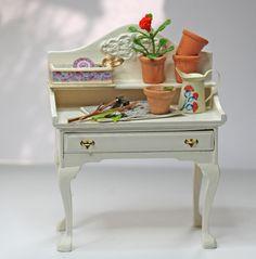 Pflanztisch - dekoriert Mini Mundus Queen-Anne Tisch - umgebaut und dekoriert.