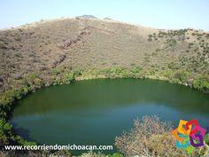 """RECORRIENDO MICHOACÁN. Dentro de un volcán apagado desde hace cientos de años, se encuentra la llamada """"Alberca de Los Espinos"""", un lago de agua salada. Fue decretada área natural protegida en 2003, curiosamente las aguas de la """"alberca"""" cambian de color dependiendo de la estación del año, esto por los nutrientes que se acumulan en el fondo del mismo. Le invitamos a disfrutar de esta maravilla natural en el municipio de Villa Jiménez. HOTEL FLORENCIA REGENCY http://www.florenciaregency.mx/"""