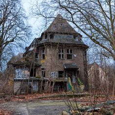 An abandoned mansion. Old Abandoned Buildings, Abandoned Property, Abandoned Mansions, Old Buildings, Abandoned Places, Spooky Places, Haunted Places, Derelict House, Creepy Houses
