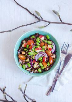 Quinoasallad med sojabönor för 2 personer:   4 dl vatten 1/2 buljongtärning 2 dl quinoa 1/2 paket sojabönor 1 sötsyrligt äpple 1 avokado 1 rödlök 1 ask coctailtomater   http://atilio.blogg.se