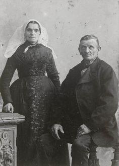Echtpaar in Duivelandse dracht uit Bruinisse. De vrouw draagt de 'ronde muts' met gladde voorrand. Haar japon bestaat uit een jak en een rok ('mantel en keus'). Om de hals draagt ze een 'knoopdoekje' van gekleurde zijde. De man is gekleed in een burgerpak. ca 1870 #SchouwenDuiveland #Zeeland