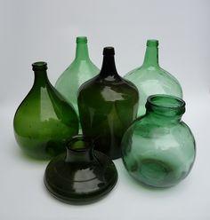 diverse oude gistvazen, wijnflessen in uitstekende vintage conditie.