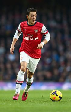 Mesut Ozil Photos - Arsenal v Fulham - Premier League - Zimbio