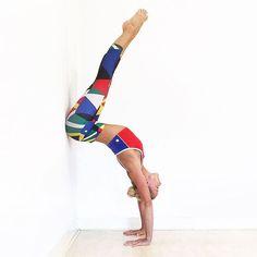 Une souplesse à toute épreuve ! @kimterpstra1978 a une silhouette de folie avec son legging Salar ultra tendance et la brassière Clara Sports ! On adore cet imprimé et vous ? #sport #mode #yoga