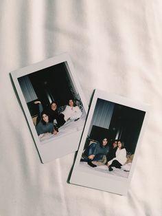 Photo Shooting Tips Polaroid Display, Polaroid Frame, Polaroids, Polaroid Ideas, Hipster Bedroom Decor, Instax Camera, Grunge Room, Polaroid Pictures, Best Friend Goals