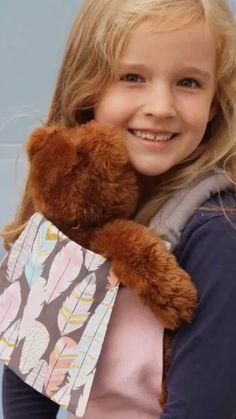 Kinder lieben es, ihre Eltern nachzumachen - das ist die Buzzidil Puppentrage, die Babytrage für eine Puppe, genau richtig! Mit ihr kann dein Kind seine Lieblingspuppe oder den Lieblingsteddy unkompliziert immer mitnehmen. Tragen wie Mama und Papa! Rollenspiele bereiten fürs Leben vor und sind deshalb für unsere Kinder so wichtig.  #puppentrage #puppentragen #buzzidil Doll Carrier, Dolls, Face, Kids, Drama Games, Colourful Designs, Mom And Dad, Parents, Baby Dolls