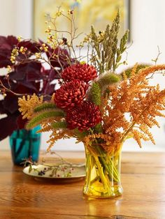 Add some seasonal color to your Thanksgiving table with these gorgeous flower arrangements.