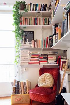 10 ideas para decorar los espacios pequeños y rincones de tu departamento | Mujer de 10 Home Office Decor, Home Decor Bedroom, Home Library Design, House Design, Bookshelves In Living Room, Bookshelf Design, Bookshelf Wall, Bookshelf Ideas, Home Libraries