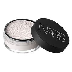 An innovative, light-reflecting loose powder that reduces the look of shine and seamlessly sets foundation.