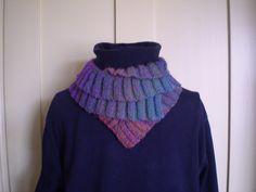 Ny type halsvarmer, der kan foldes i flere lag og knappes med små knapper i forskellige højder. Her i uld/akryl. Meget nem og hurtig at strikke. Er fin til farveskiftegarn. Pinde 4. Læs mere ...