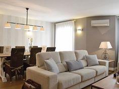 El sofá delimita los ambientes: estar y comedor