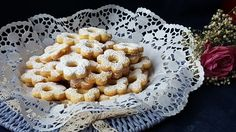 Icanestrelli, tipici della Liguria e del Piemonte, sono dei biscotti dalla frolla friabile, serviti cosparsi da abbondante zucchero a velo.  Adatti ad ogni momento della giornata, sono particolarmente indicati per accompagnare il caffé o il tè.Ma attenzione........uno tira l'altro!!!!!!