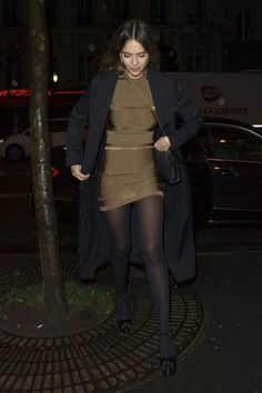 Pantyhose Fashion, Nylons And Pantyhose, Chill Style, Jessica Alba Style, Adidas Outfit, Great Legs, Girls Show, Black Tights, Sexy Legs