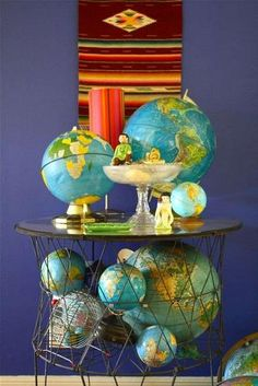 globes-I like the globe collections in this bin-could use a large wire basket or planter basket. Vintage Globe, Vintage Maps, Large Wire Basket, Map Globe, Globe Art, Globe Decor, World Globes, Vintage Laundry, Idee Diy