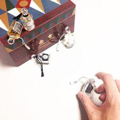 엄청 가지고 싶던 선물을 받았어요! 3병이나 비운 쥬니퍼슬링을 포함해 미니어쳐 5종이 들어있는 #펜할리곤스 #크리스마스기프트세트  패키지 존예  #Penhaligons 자세한 리뷰는 블로그에! by aura_m_kr Hermes Kelly, Instagram Posts, Bags, Handbags, Dime Bags, Lv Bags, Purses, Bag, Pocket