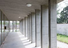 Completed in 2015 in Abidjan, Côte d'Ivoire. Images by Iwan Baan. Until the summer of the Swiss Confederation was represented in Côte d'Ivoire by an embassy located in Abidjan's Plateau district, in an upper. Concrete Column, Concrete Porch, Concrete Houses, Concrete Architecture, Space Architecture, Luz Natural, Porch Columns, Modern Architects, Ivory Coast