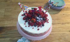 Feestelijke Kwarktaart met Aardbeien Recept: Fris, fruitig en vooral feestelijk. Met deze kwarktaart is het direct feest op tafel. De vlaggetjes print je zelf uit. - Een van de 500 lekkere Dr. Oetker recepten!